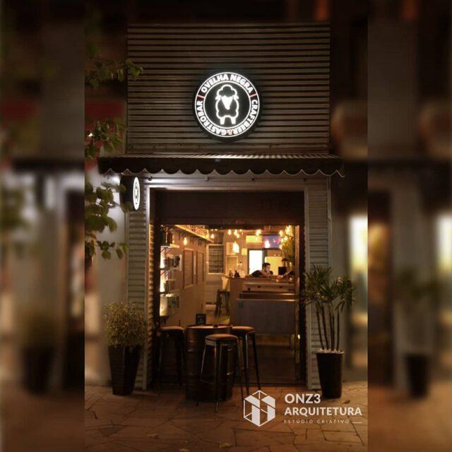 O @ovelhanegrapf Craftbeer & Gastrobar é um estabelecimento de caráter despojado sem deixar de lado a sofisticação. Sua carta de cervejas artesanais foi elaborada por cervejeiros profissionais e, portanto, o projeto arquitetônico do espaço exigia a expertise de arquitetos comprometidos com seu trabalho  #onz3arquitetura #bar #arquitetura #architeture #execução  #beer #projeto #projetoexecutado #conceito #moderno #industrial #comercial